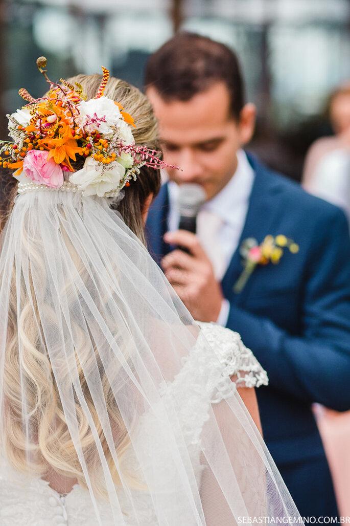 Acessório de cabelo da noiva: Aurora Atelier Floral - Foto: Sebastian Gemino Fotografia