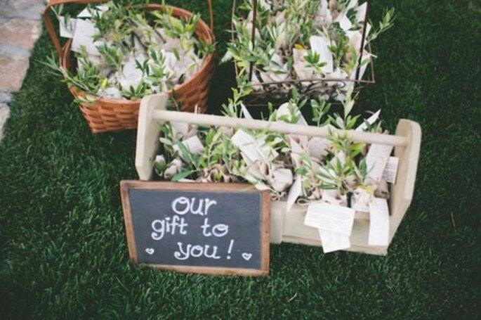 Kleine Blumensträuße zur freien Entnahme sind ideal als Geschenk – Foto: Green wedding shoes