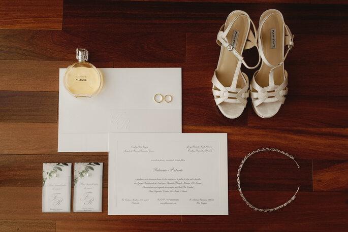 Sapato da noiva: Manufact - Alianças: H.Stern - Convites: Papel a La Carte - Foto: Fabi Soares Fotografia