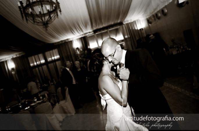 Wichtiger Bestandteil einer jeden Hochzeit: der erste Tanz! Foto: Fran attitudefotografia.com