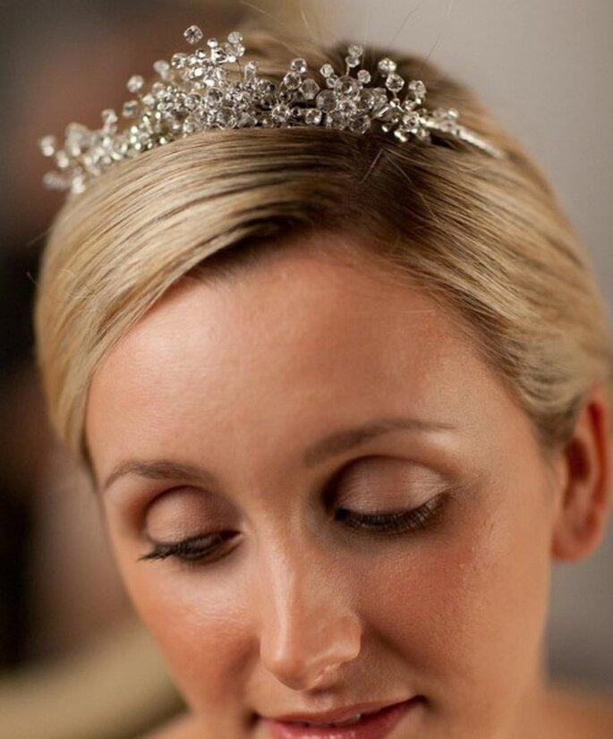 Diadema estilo tiara para novia, con diamantes de cristal de Swarovski. Alan Hannah