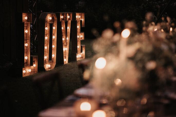 Leuchtendes Love Sign Gartenhochzeit