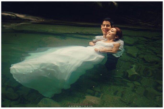 Recien casados flotando en el agua en sesion trash the dress - Foto Emmanuel Aquino