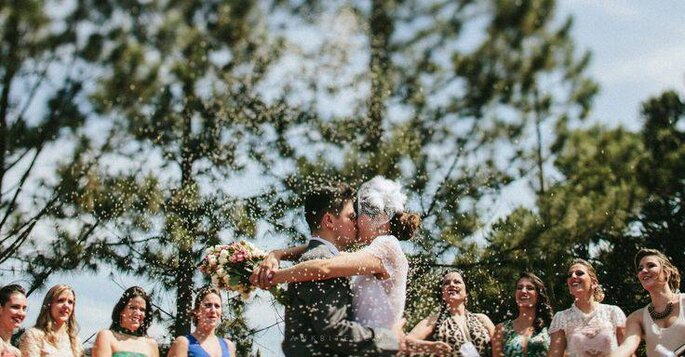 Beijo noivos cerimônia