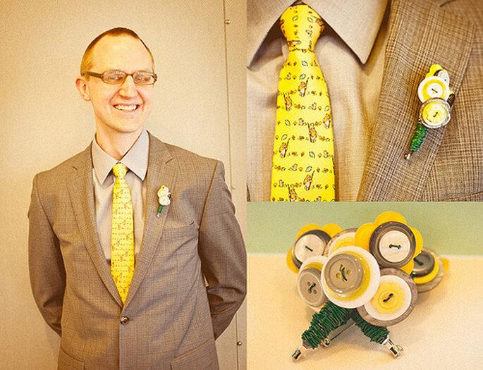 Ingeniosos y divertidos boutonnieres para invitados. Foto de Sweet Little Photographs