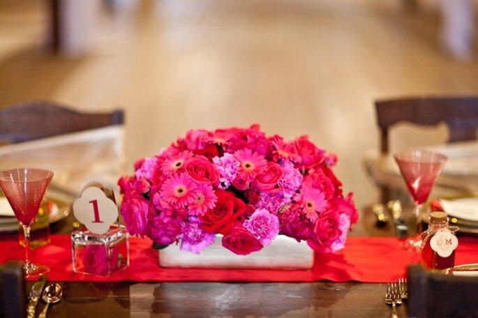 Rojo y dorado como complementos para un toque étnico en tu boda - Foto Lauren Ann Miller Photography