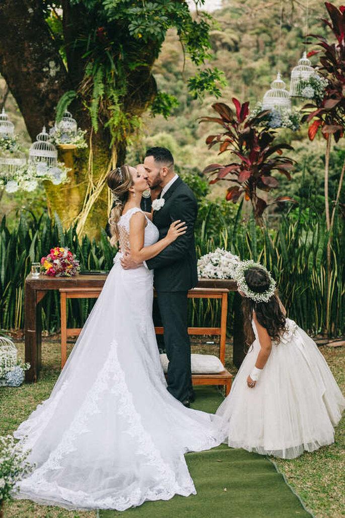 Daminha observando o beijo dos recém-casados - Foto: Studio Croma