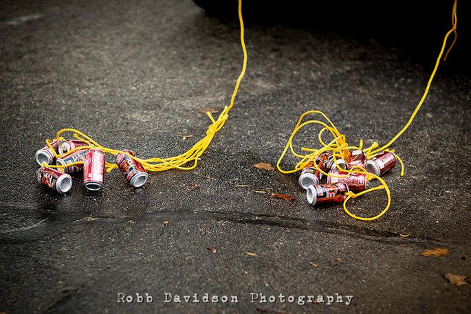Las latas atadas a la parte de atrás del carro también son muy llamativas. Foto: Robb Davidson