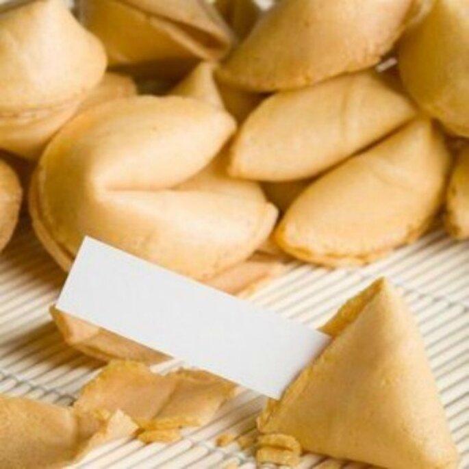 Un cadeau d'invité gourmand, original et amusant : les Fortunes cookies. - Source : lespetitscadeaux.com