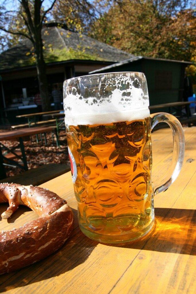 Flitterwochen in Bayern: mit einer Mass und einem Brezel lässt es sich gut aushalten im Biergarten. Foto: Cornelia Menichelli / pixelio.de