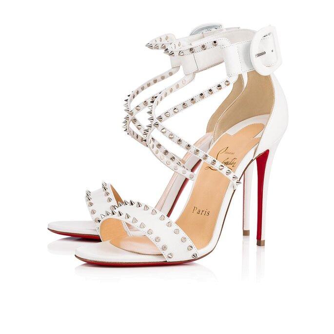 Sandalias blancas con correa y taches
