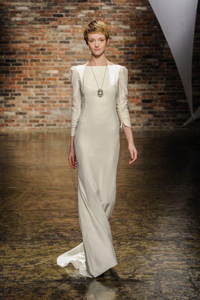 Vestido de novia con silueta simple, cauda barrida y mangas largas - Foto Hailey Paige