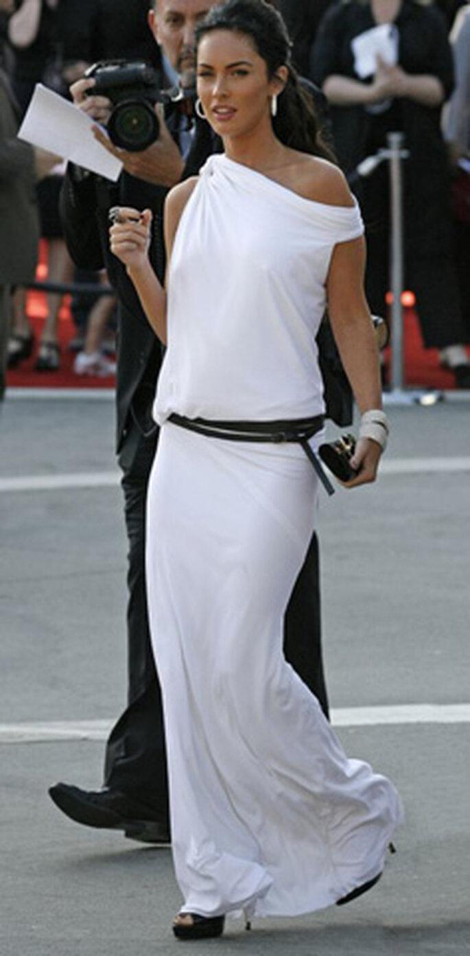 Megan Fox luciendo un modelo blanco que destaca su figura