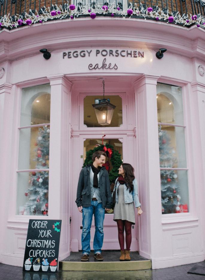 Verena y Matthias frente a su tienda preferida de postres en su e-session - Foto Nadia Meli