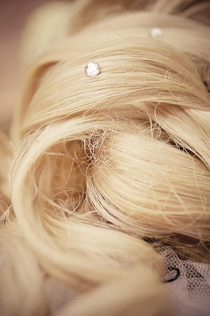 Perlen, Strass und Blumen verziehren die Brautfrisuren 2012 - Foto: Gabriele Wundeberg