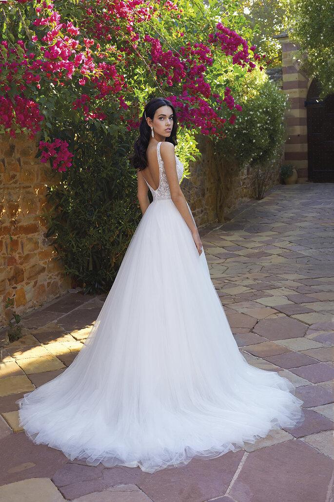 Déclaration Mariage - un modèle posant dans une robe de mariée dos-nu parée de broderies