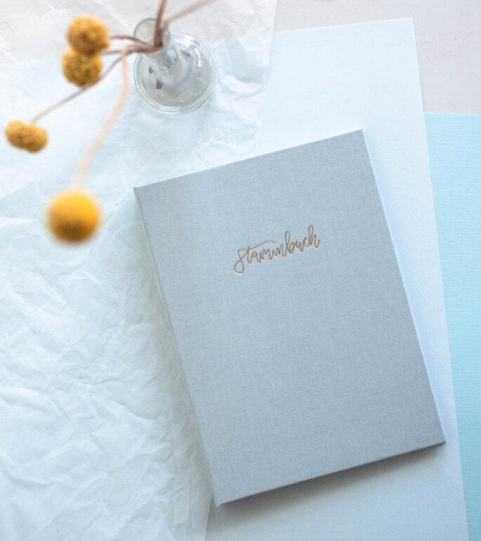 Familienstammbuch für die Hochzeit mit goldener Kalligrafie Prägung und modernem Leineneinband in frischen Farben. Für die standesamtliche sowie kirchliche Hochzeit.