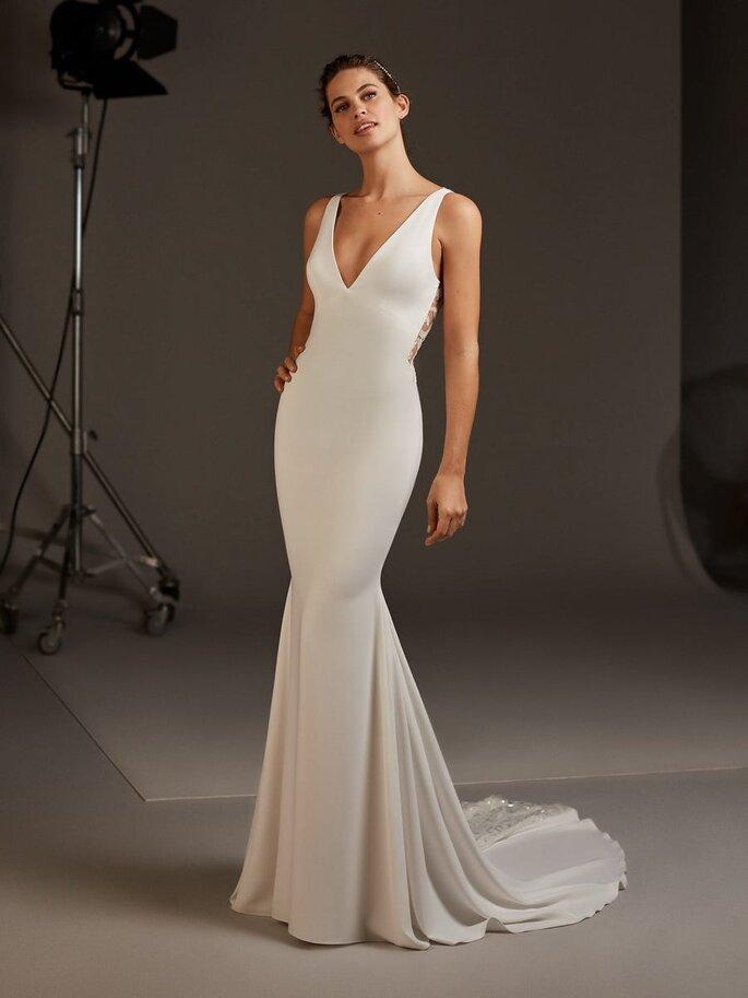 Pronovias Vestidos de novia sencillos Vestido crepe minimalista con escote en V y detalles brillantes sobre la espalda keyhole y sobre la cola.