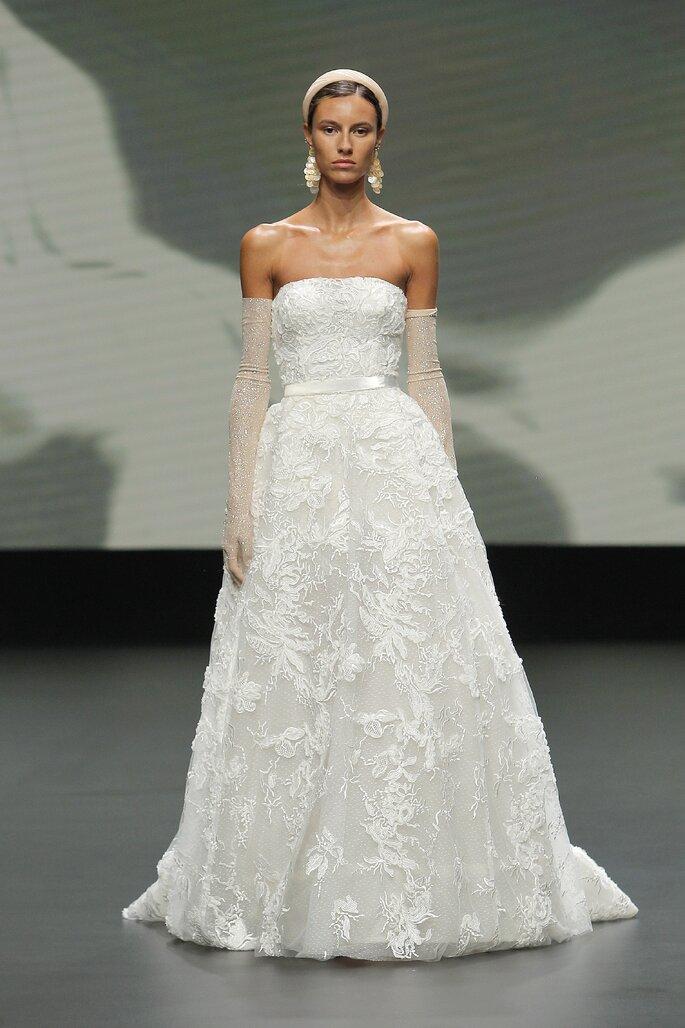 Vestido de novia vintage de escote palabra de honor y cort4e en A con bordado de flores
