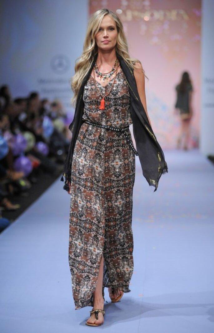 Vestido largo bohemio con chaleco de flequillos a juego - Foto Mercedes Benz Fashion Week México
