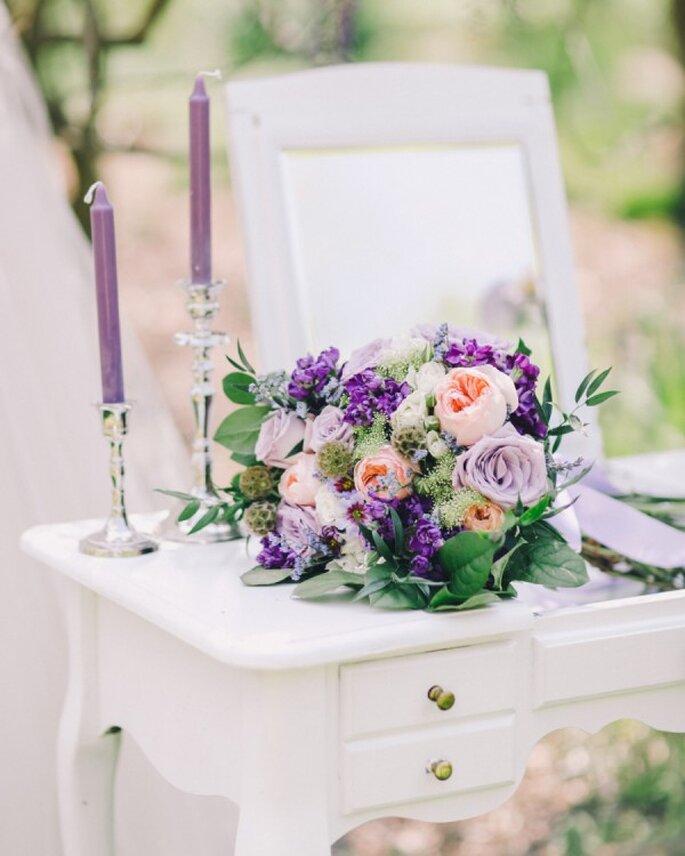 Detalles en color violeta para la decoración de tu boda - Foto Rachel May