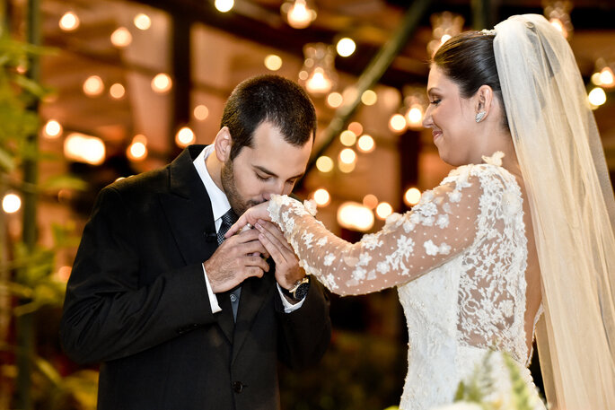 noivo beija mão da noiva pós aliança