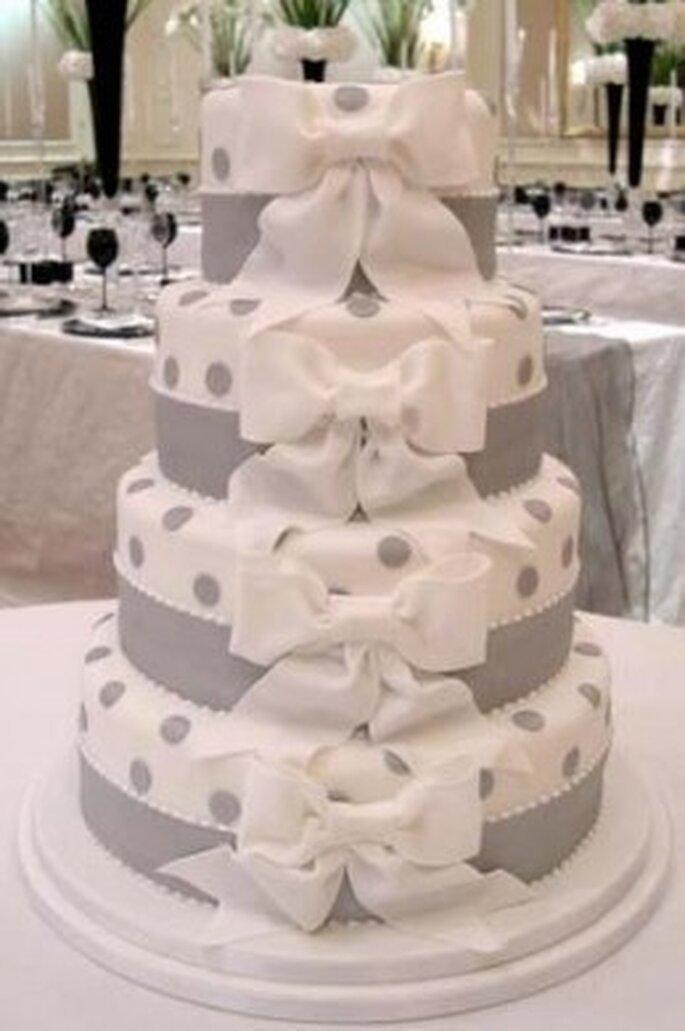 Torta nuziale con fiocchetti e pois per un banchetto originale e chic. Foto via FB