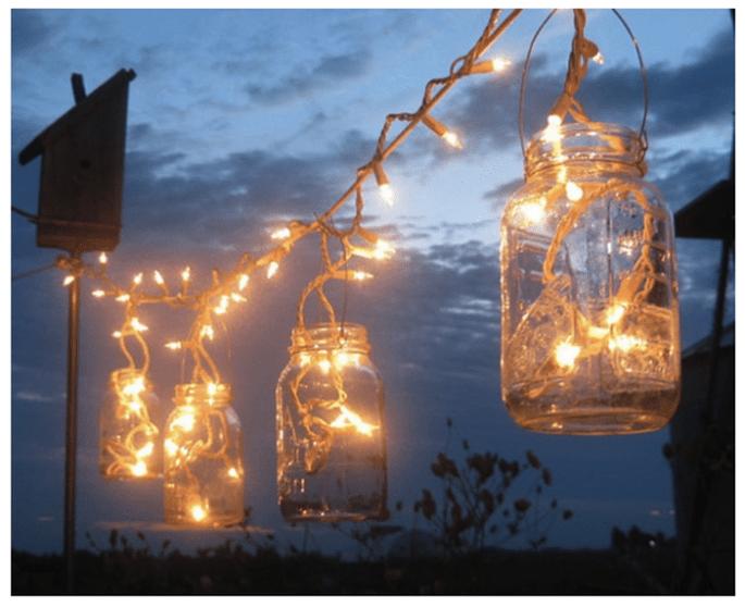 Iluminación con instalaciones eléctricas de Navidad. Ideal para bodas DIY al aire libre. Foto: Treasureagain