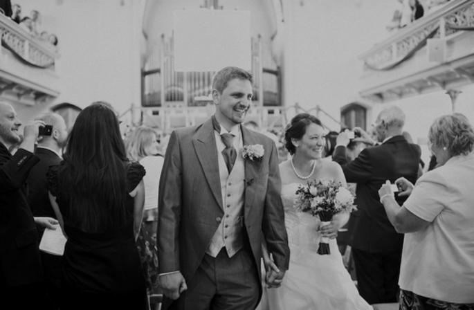 Los novios saliendo de la iglesia ya como esposos - Foto Nadia Meli