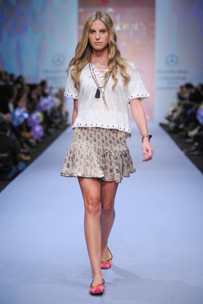 Minifalda estampado con top holgado a juego y collares artesanales - Foto Mercedes Benz Fashion Week México