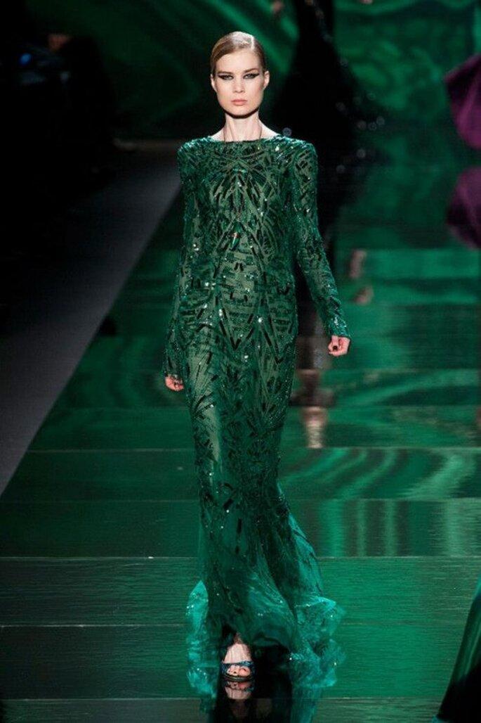 Vestido de fiesta largo en color verde oscuro con detalles de brocados - Foto Monique Lhuillier