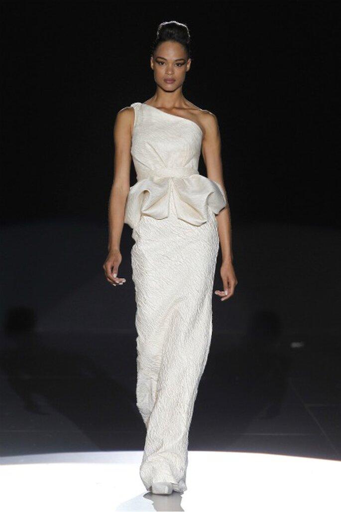 Vestido de novia Hannibal Laguna 2012 con un hombro al aire - Ugo Camera / Ifema