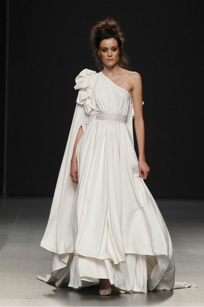 Vestido de novia Pol Nuñez 2012 túnica, con cola que sale desde la espalda hasta el suelo - Ugo Camera / Ifema