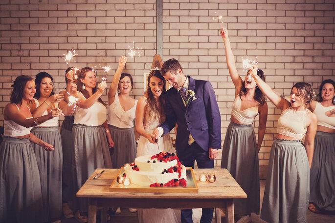 Hochzeitsfoto. Brautpaar schneidet Hochzeitstorte an