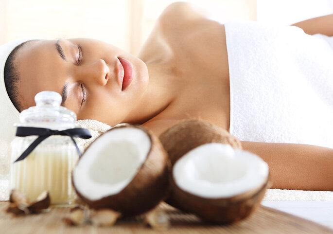 mulher spa com toalha coco
