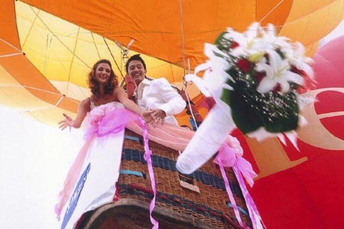 Les mariés dans une montgolfière : quoi de plus romantique ? - Source : outdoorweddings.com