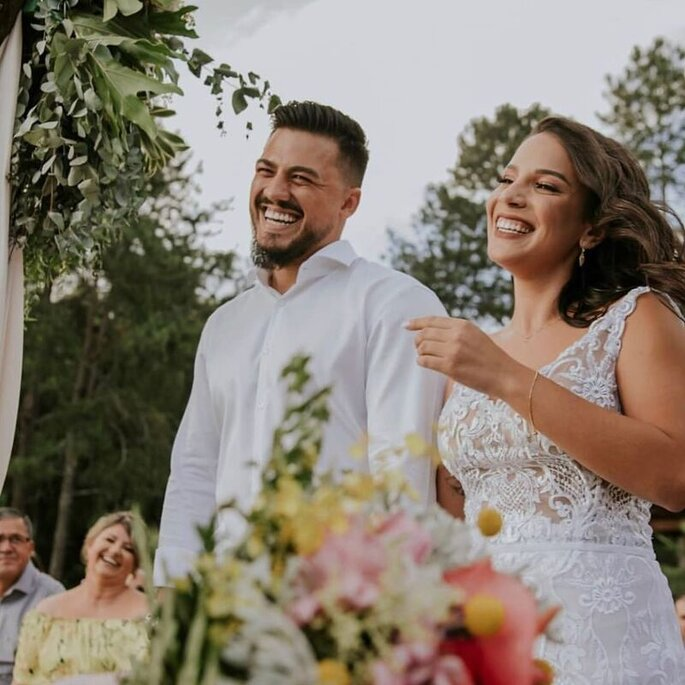 Noivos sorridentes a cerimônia