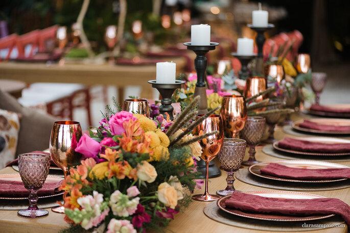mesa com arranjos florais baixos