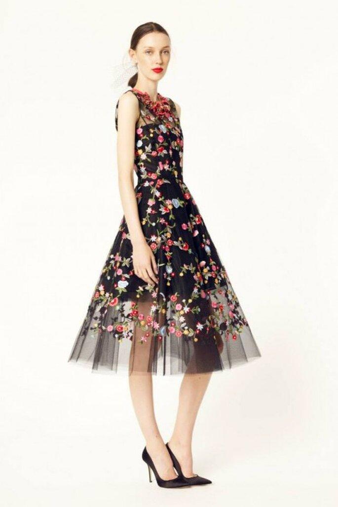 Vestido de fiesta 2014 en color negro con falda de tul y flores multicolor en relieve - Foto Oscar de la Renta