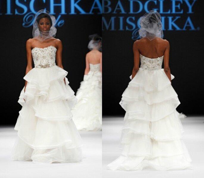 Vestido de novia corte princesa tradicional con escote semi corazón, aplicaciones de pedrería en el corpiño y capeado de textiles en la falda - Foto Badgley Mischka