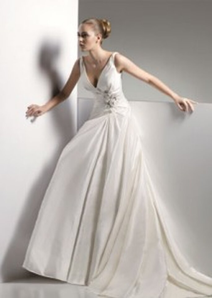 Benjamin Roberts 2063 - v-neck dress with embellishment at waist