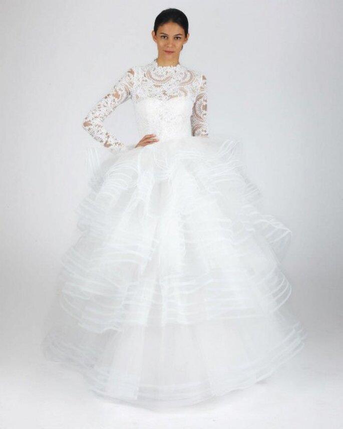 Vestido de novia para otoño con mangas largas, transparencias y falda con superposición de volumen - Foto Oscar de la Renta