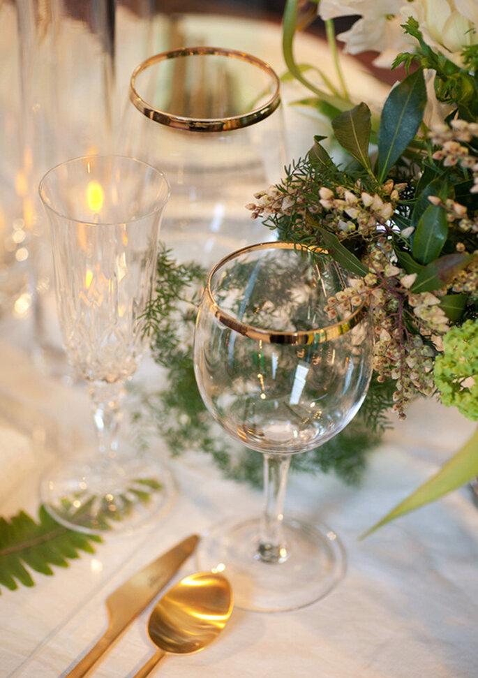Cristales y cubiertos en color oro para los montajes de mesa - Foto Raya Carlisle
