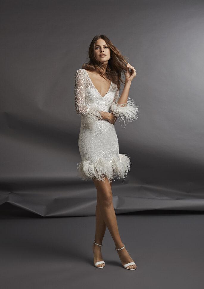 Vestido de novia corto con plumeti en falda y mangas