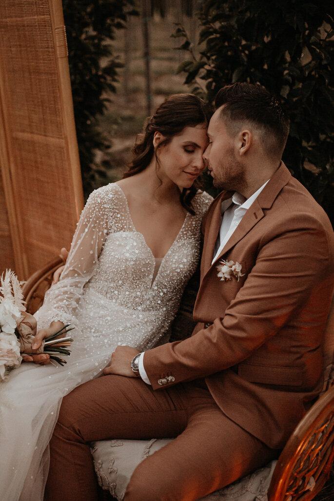 sich umarmendes Brautpaar