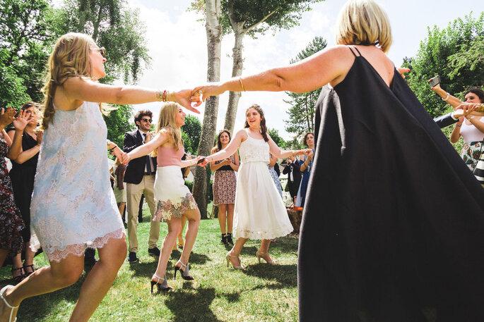 Julien Nguyen Kim - Photographie de mariage - Haut de Seine - des invités faisant la ronde en s'amusant dans un parc lors d'un mariage