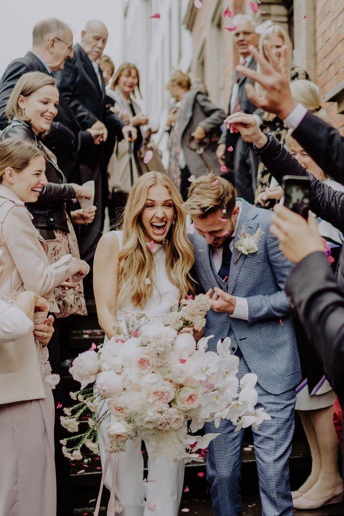 Brautpaar nach standesamtlicher Trauung