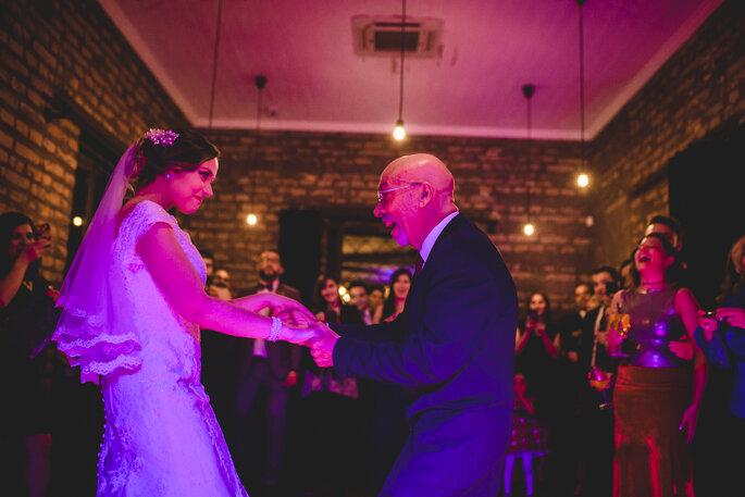 Noiva e pai na pista de dança