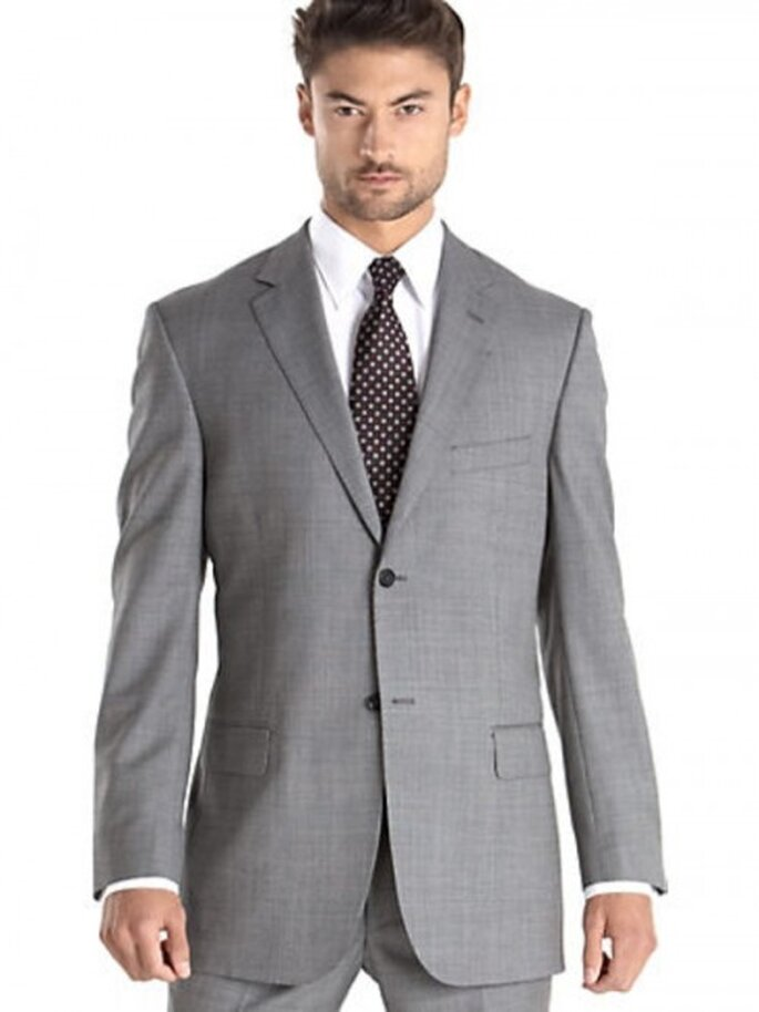 Graue Anzüge werden mit farbigen Krawatten kombiniert – Foto:Traje Pronto
