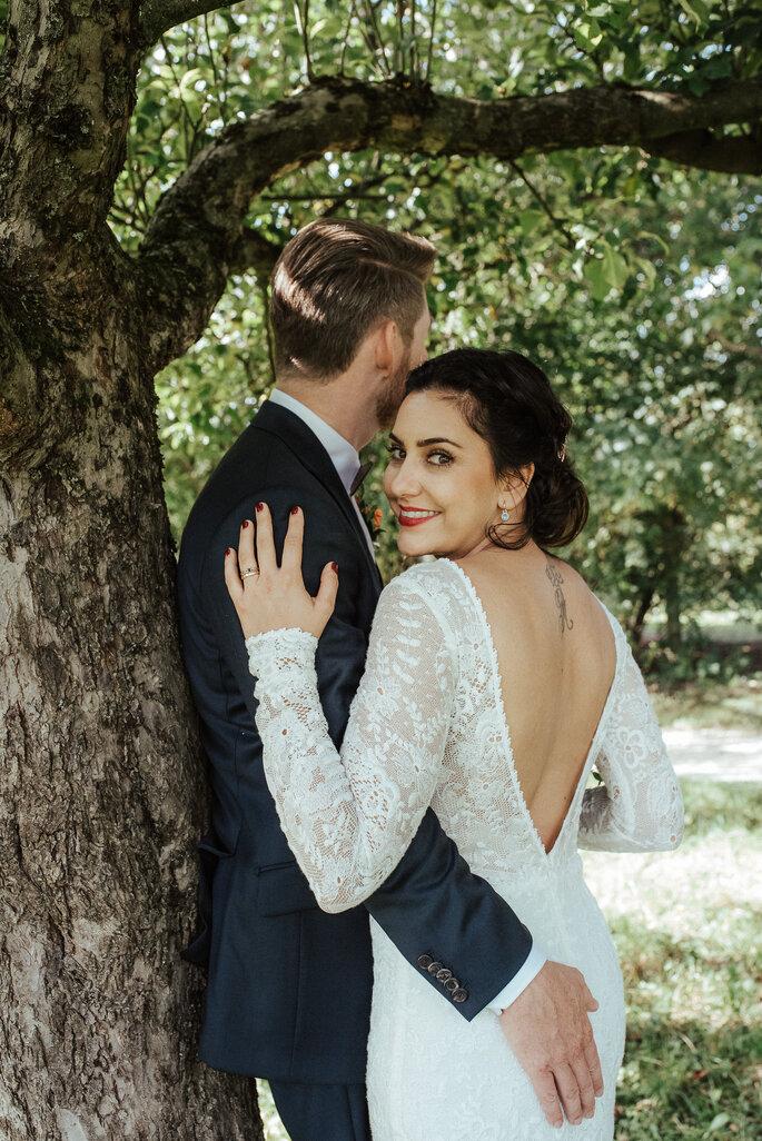 Romantische Augenblicke im Grünen. Foto: Helen von Saurma Photography